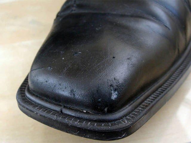 царапины на мужских ботинках
