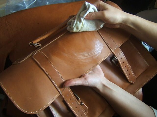 чистка пятна на кожаной сумке