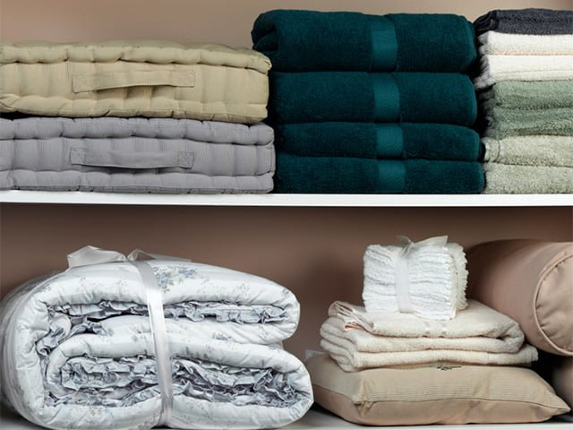 постельное белье в шкафу