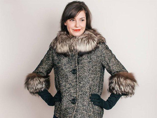 воротник и манжеты из меха на драповом пальто