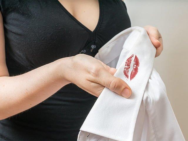 пятно от блеска для губ на рубашке