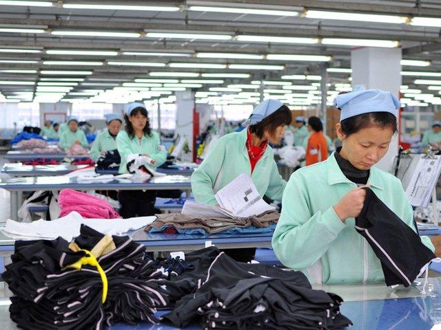 упаковка одежды на текстильной фабрике