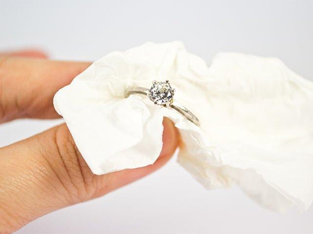 уход за серебряным кольцом с белым топазом
