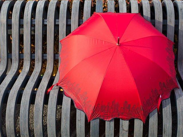 зонт на скамейке