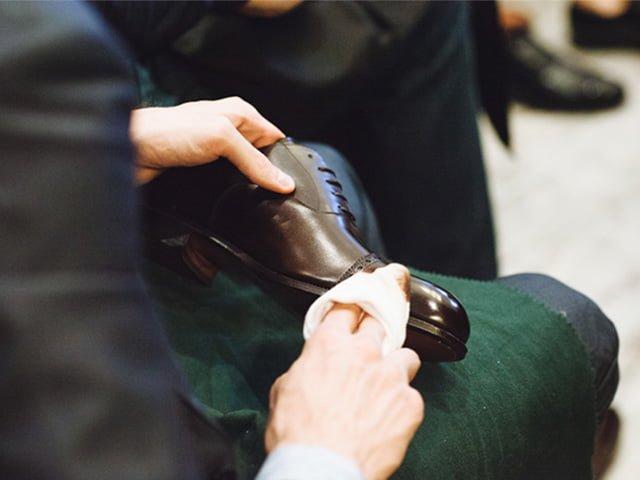 удаление старого крема с ботинок