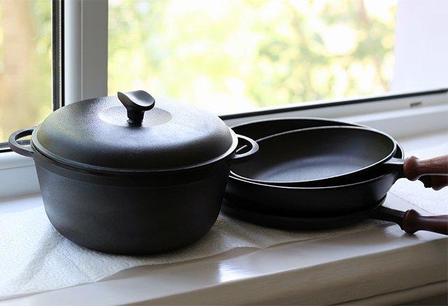 чугунные сковородки и кастрюля
