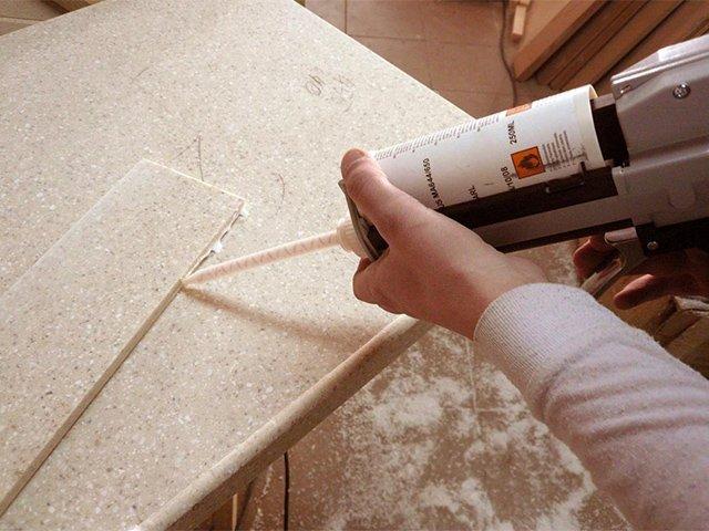 использование клея для изделий из искусственного камня