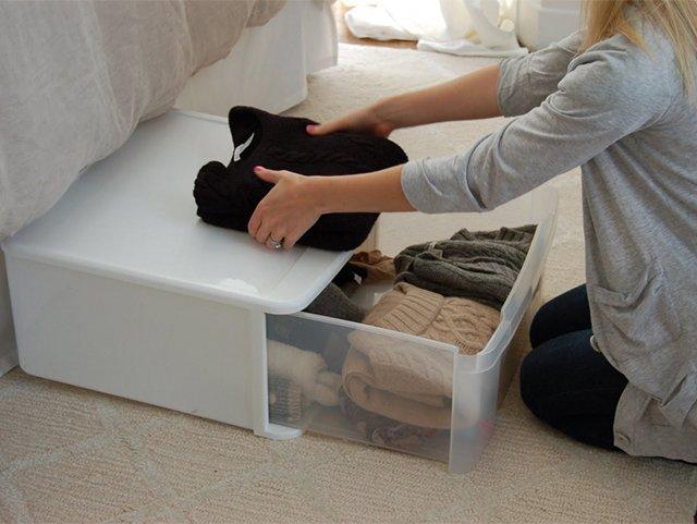 хранение одежды в пластиковом контейнере