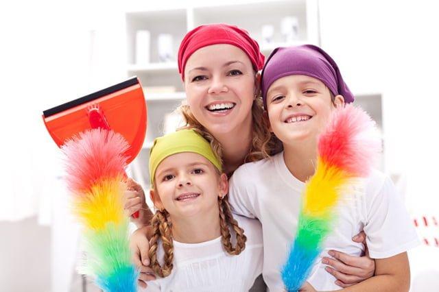 мама учит детей убираться в доме
