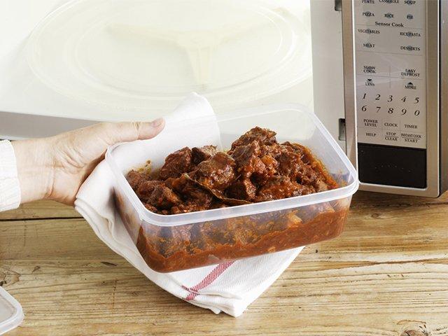 приготовление еды в пластиковом контейнере