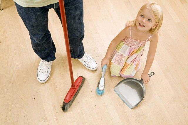ребенок помогает в уборке