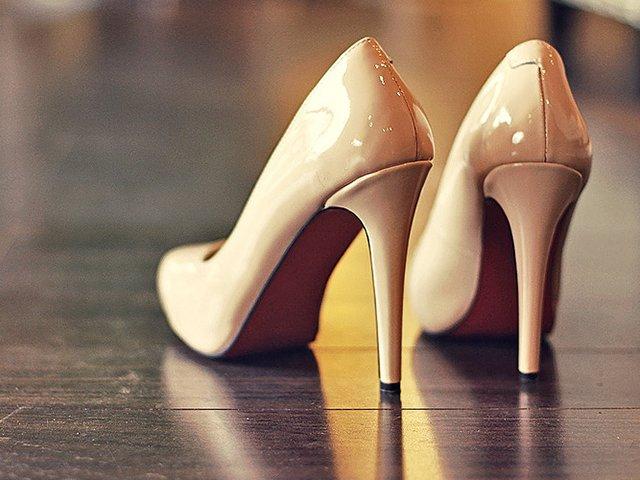 туфли на каблуках на полу