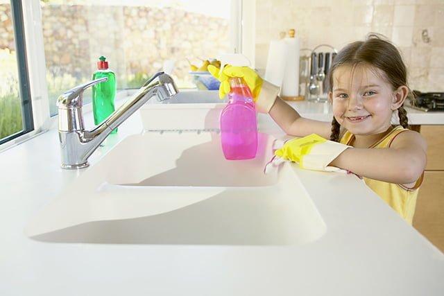 девочка убирается на кухне