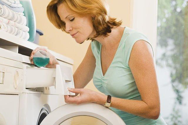 женщина стирает вещи