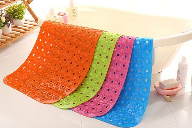 разноцветные коврики для ванной