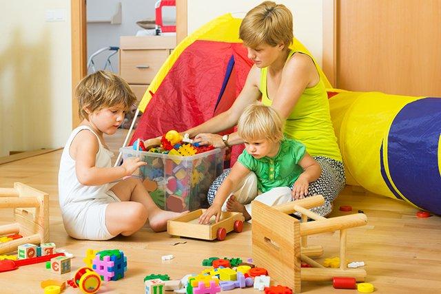 мама собирает детские игрушки