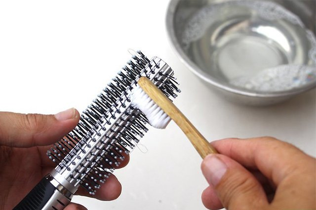 зубная щетка для чистки расчески