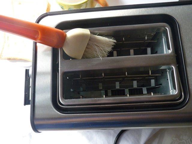 чистка внутренних поверхностей тостера