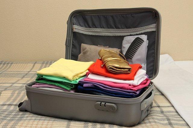 чемодан забит вещами