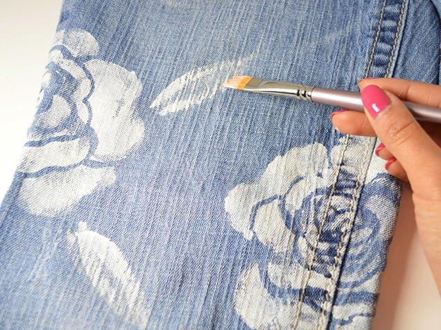 нанесение узоров на джинсы