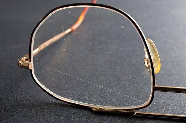 очки с царапиной