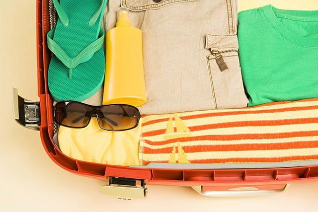чемодан с летними вещами