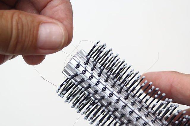 чистка металлической расчески от волос