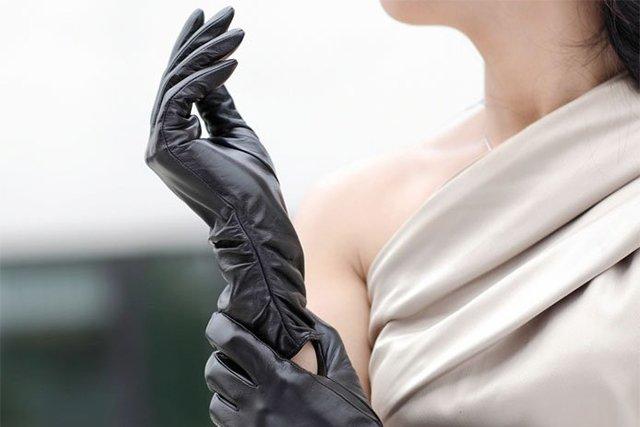 кожаные перчатки на руках
