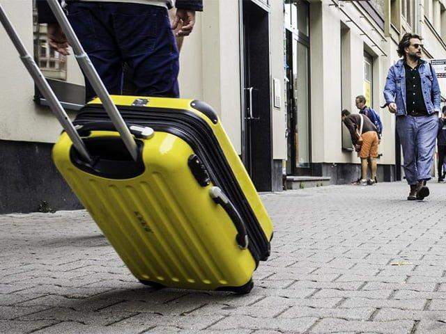прочный чемодан на колесах