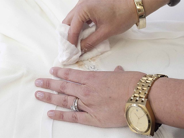 удаление пятна от тонального крема с одежды