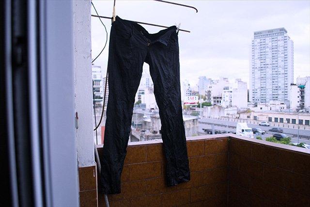 мокрая растяжка джинсов