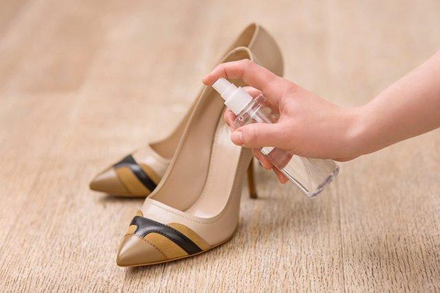 растягивание кожаных туфель