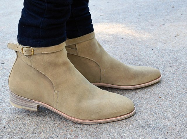 замшевая обувь на ногах