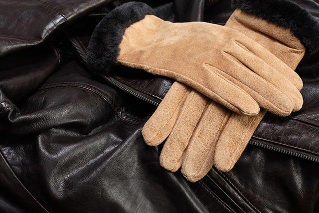 бежевые перчатки из замши