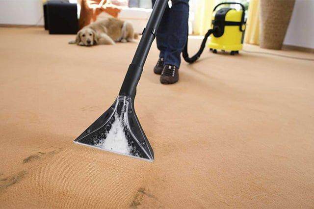 чистка ковра при помощи моющего пылесоса