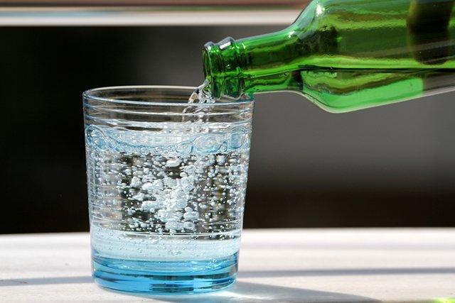 газированная вода в стеклянной бутылке
