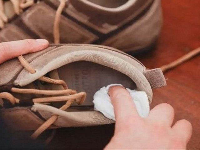 нанесение нашатырного спирта на кроссовки