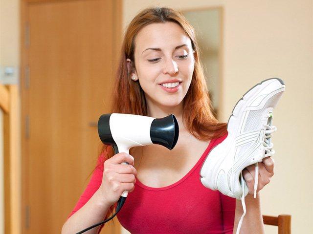 метод растяжки кроссовок при помощи фена