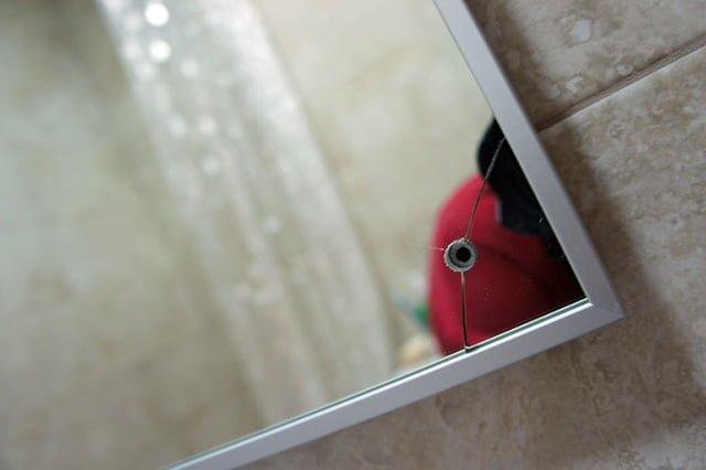 треснуло зеркало в ванной