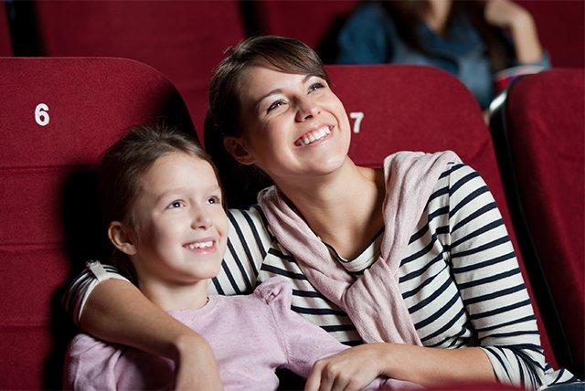 мама с ребенком в кино