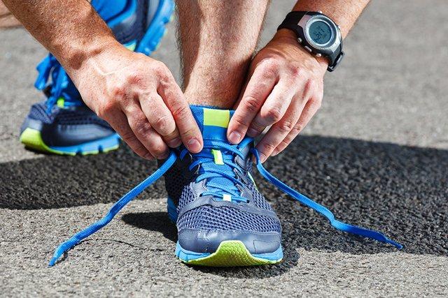 завязывание шнурков на кроссовках