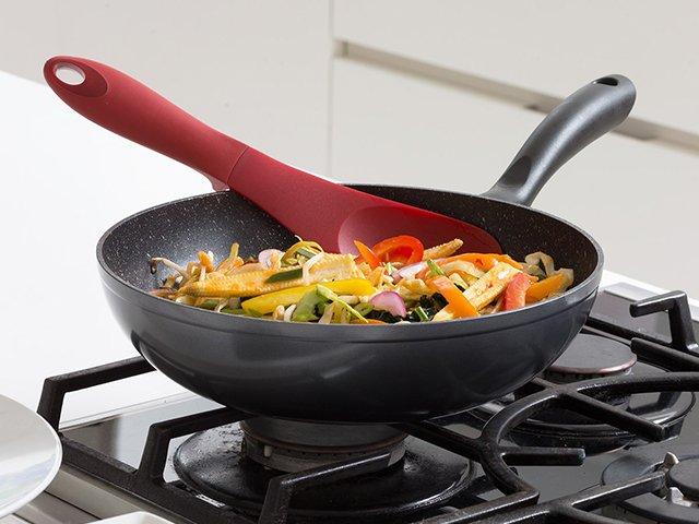 приготовление еды на сковороде с каменным покрытием