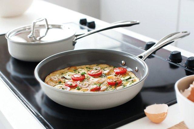 приготовление еды на керамической сковороде