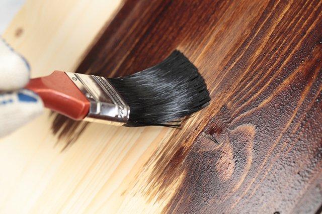покраска дерева морилкой
