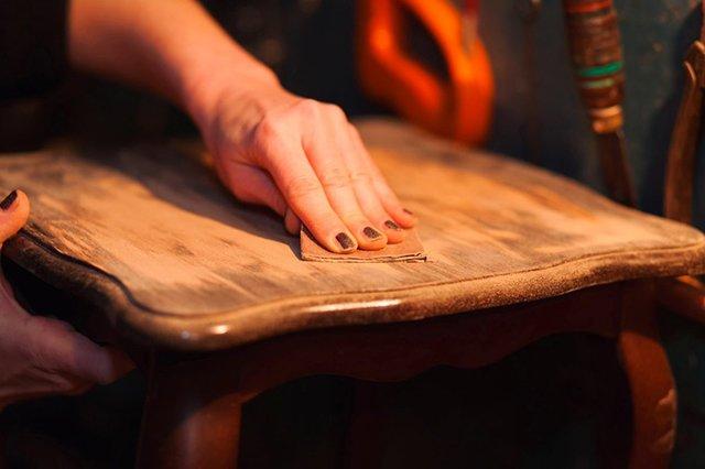 наждачная бумага для удаления царапин с деревянной мебели