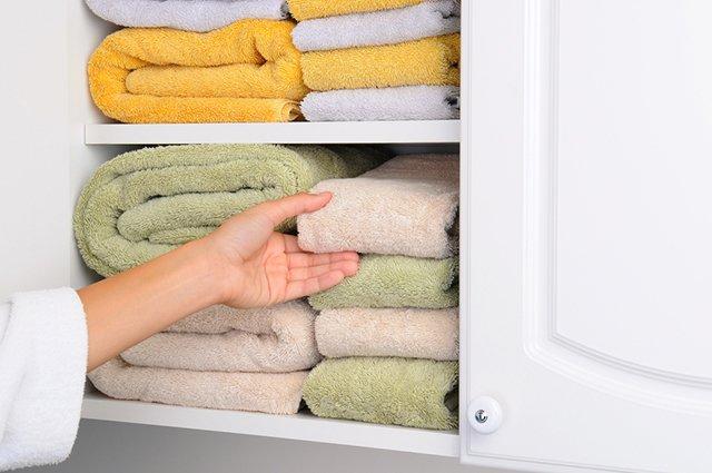 полотенца в шкафу