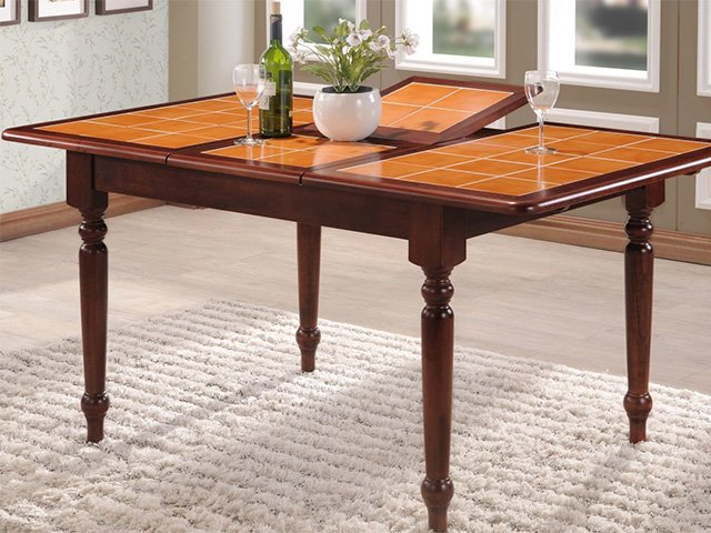 стол из плитки на кухню