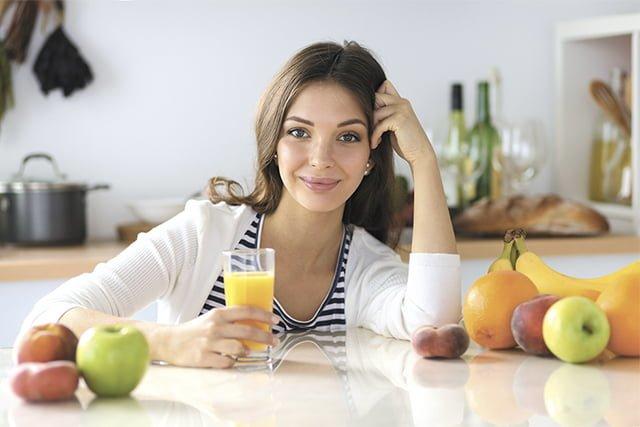 девушка со стаканом свежевыжатого сока