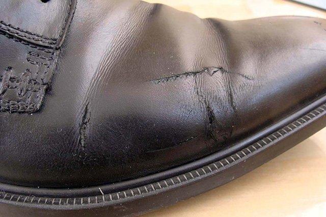 поцарапана кожа на обуви
