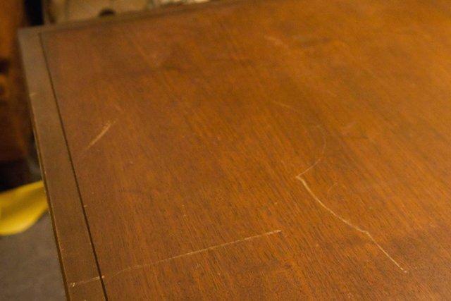 царапины на деревянном столе